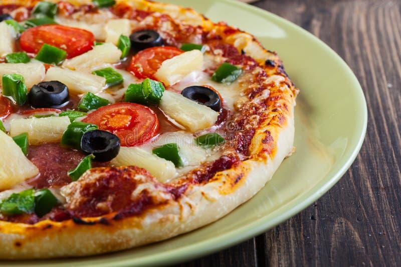 Verse gebakken pizza Hawaï stock afbeeldingen