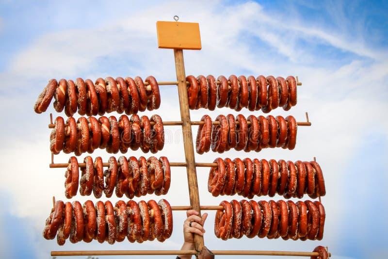 Verse gebakken pretzels voor verkoop stock foto's