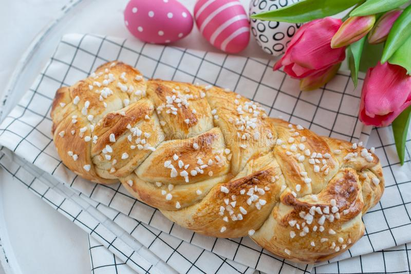 Verse gebakken smakelijke zoete brioche voor Pasen met paaseieren stock foto's