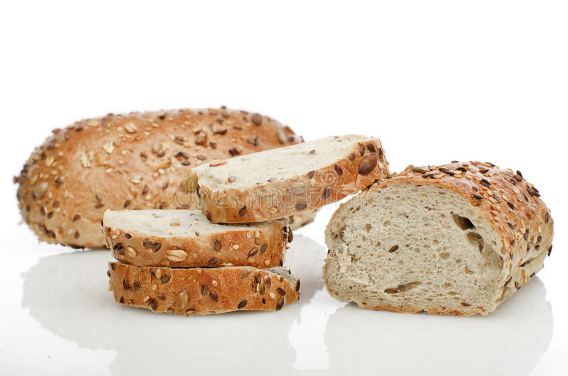 Verse gehele het broodjeswhit van het korrelbroodje zaden op een witte achtergrond royalty-vrije stock afbeelding