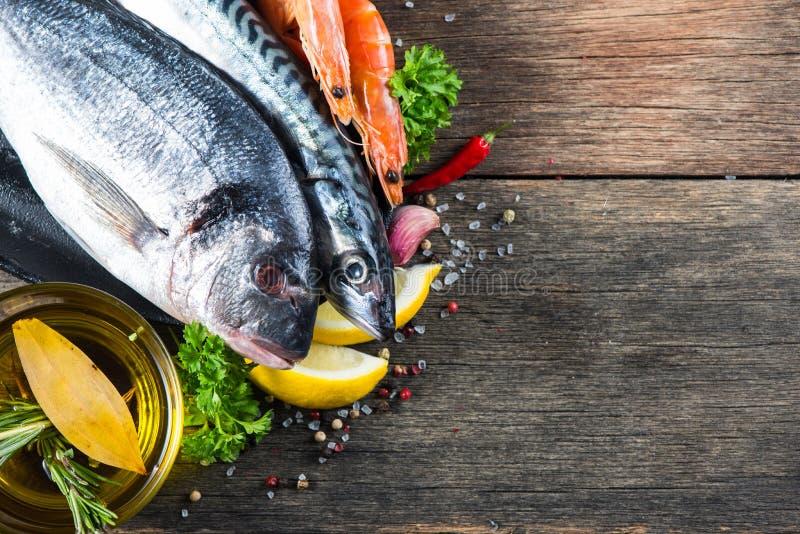 Verse gehele overzeese vissen met aromatische kruiden en kruiden royalty-vrije stock foto
