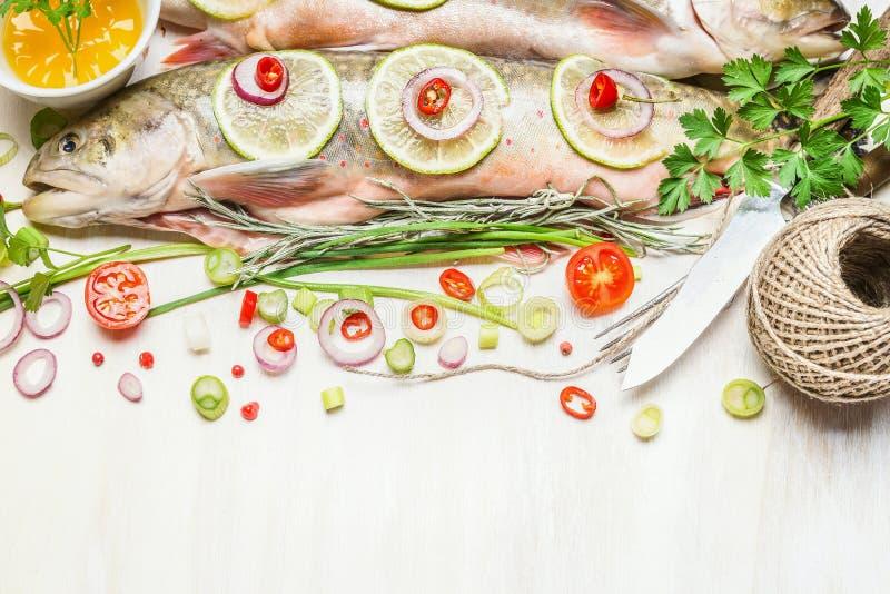 Verse gehele vissen met gehakte ingrediënten voor het smakelijke koken royalty-vrije stock afbeeldingen