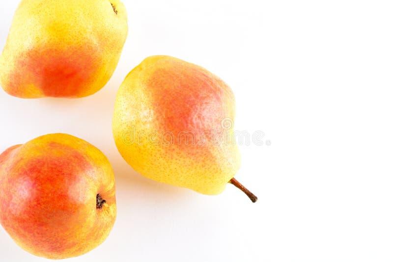 Verse gele die peren op witte achtergrond worden geïsoleerd stock foto