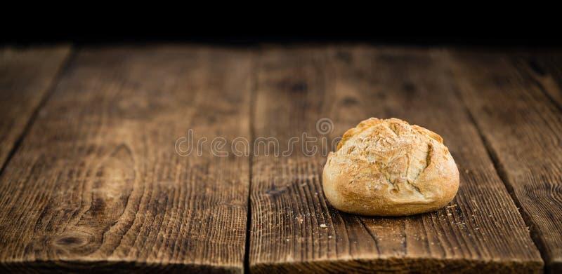 Verse gemaakte Broodjes Duitse stijl op een rustieke achtergrond stock afbeeldingen