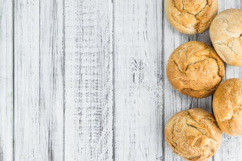 Verse gemaakte Broodjes Duitse stijl op een rustieke achtergrond royalty-vrije stock afbeelding