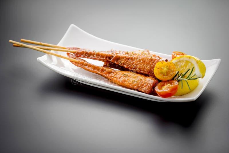 Verse gemaakte kippenvleugel satay vleespen royalty-vrije stock afbeelding