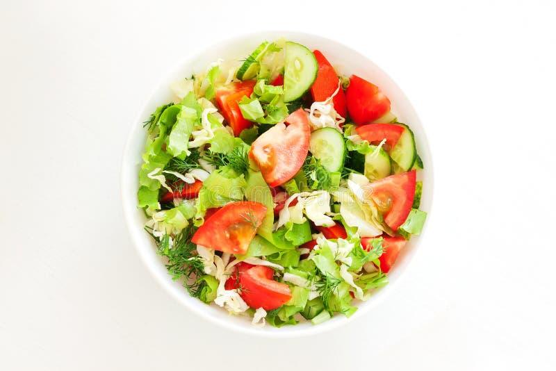 Verse gemengde groentensalade in een kom stock afbeelding