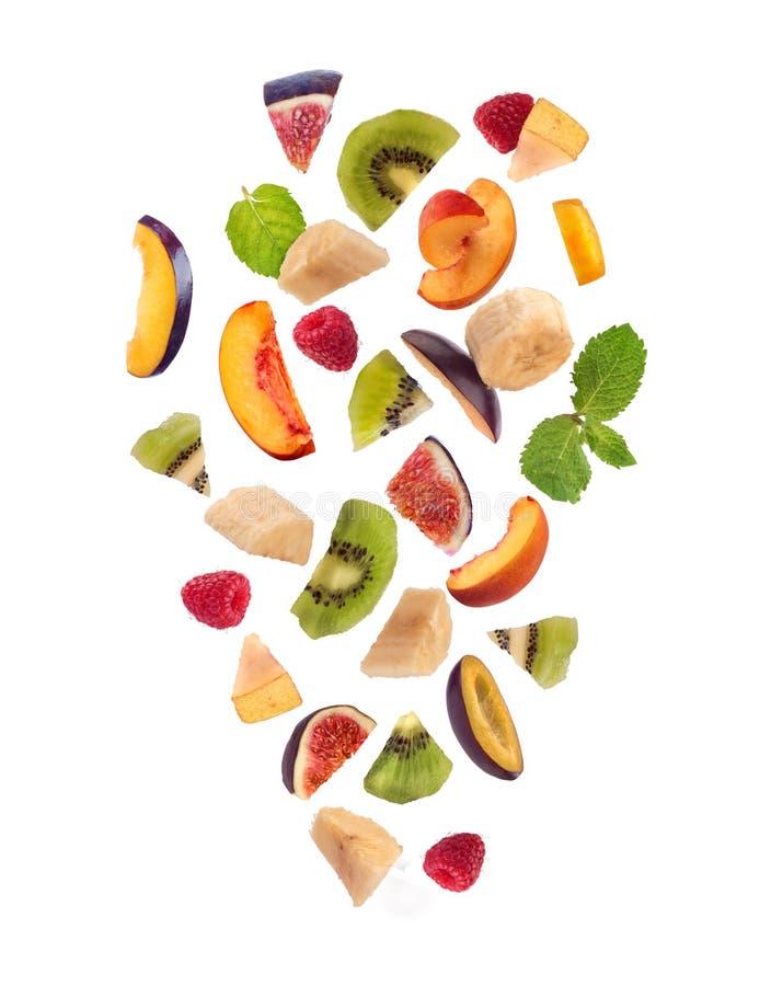 Verse gemengde vruchten stukken die, fruitsalade vallen stock fotografie