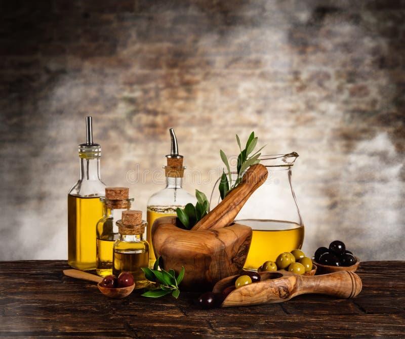 Verse geoogste die olijven met olie, op houten lijst wordt geplaatst royalty-vrije stock fotografie