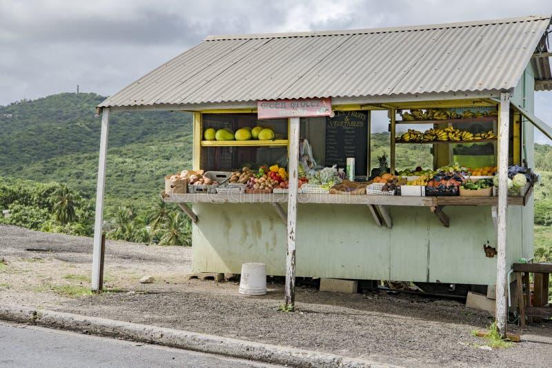 Verse geoogste vruchten en groenten van groene kruidenier, Barbados stock foto's
