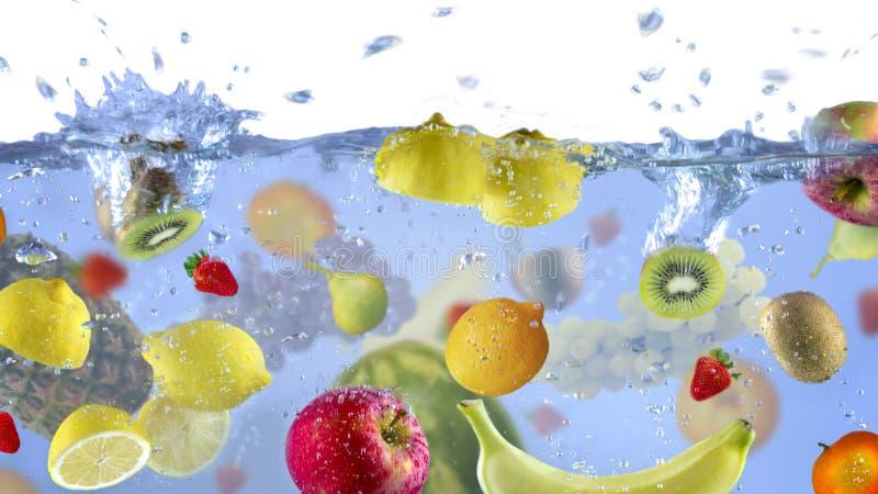 Verse geschotene Vruchten aangezien zij unde water achtergrondvoedsel heerlijke plons in aquarium onderdompelden stock foto