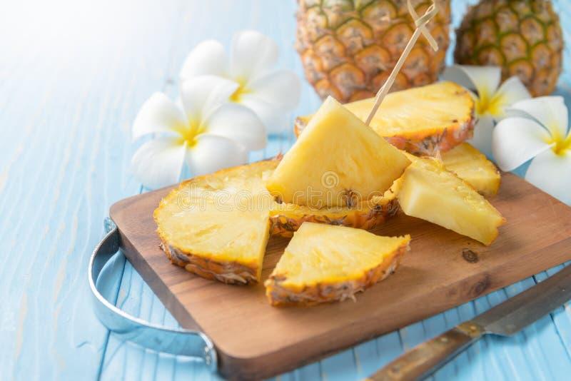 Verse gesneden ananas op houtsnede stock afbeeldingen