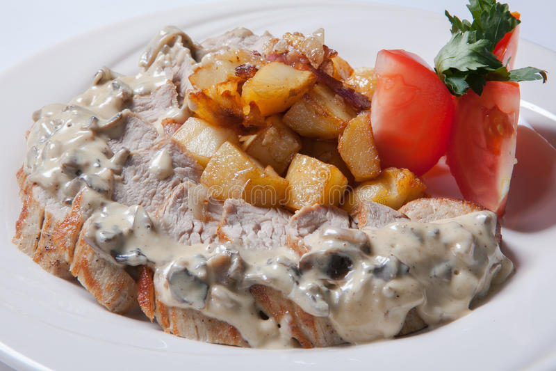 Verse gesneden kip met geroosterde aardappel en paddestoel souce royalty-vrije stock fotografie