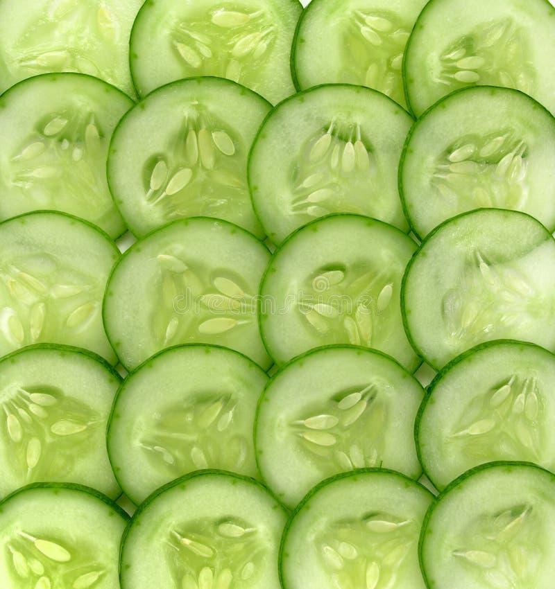 Verse gesneden komkommer op achtergrond, Stukken van verse komkommer royalty-vrije stock foto