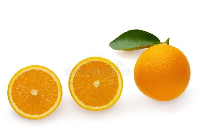 Verse Gesneden sinaasappelen †‹â€ ‹en Oranje die fruit op witte achtergrond worden geïsoleerd stock foto