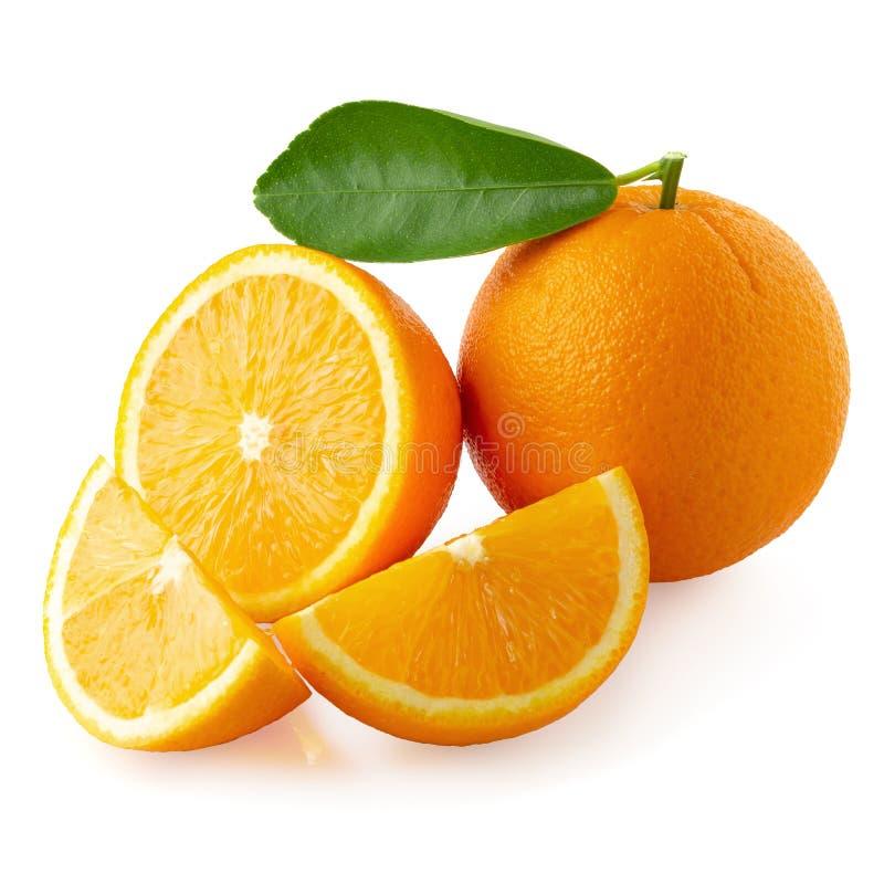 Verse Gesneden sinaasappelen †‹â€ ‹en Oranje die fruit op witte achtergrond worden geïsoleerd royalty-vrije stock foto's