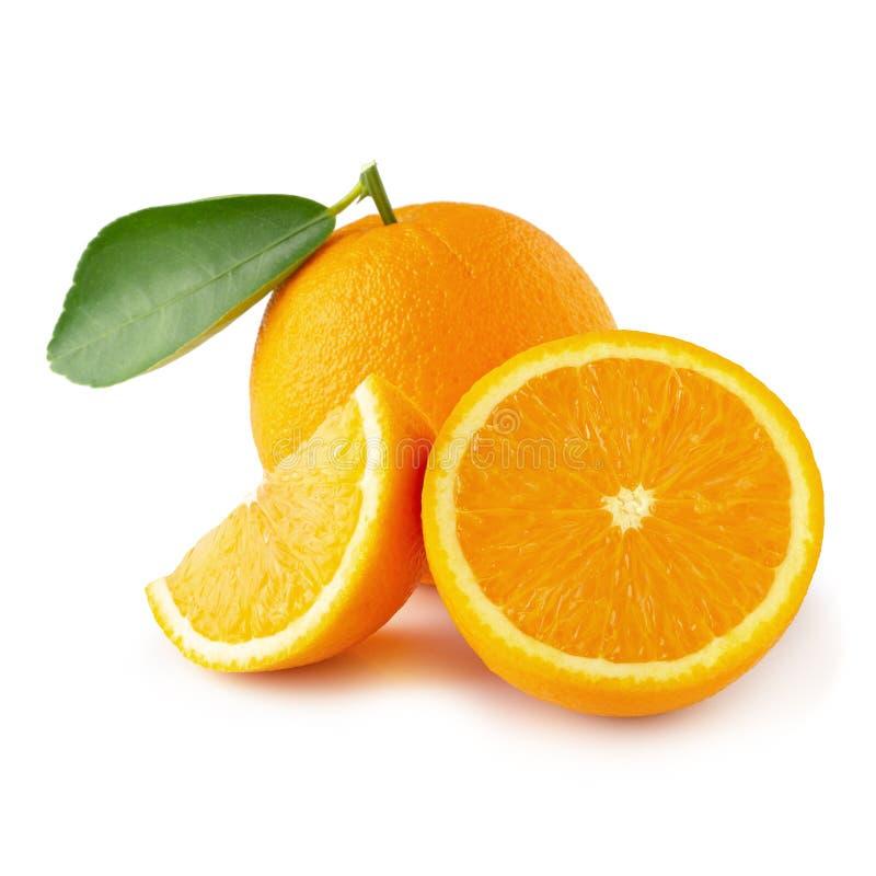 Verse Gesneden sinaasappelen ? ?? ?en Oranje die fruit op witte achtergrond worden ge?soleerd royalty-vrije stock foto