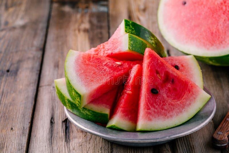 Verse gesneden watermeloen op houten rustieke achtergrond royalty-vrije stock afbeeldingen
