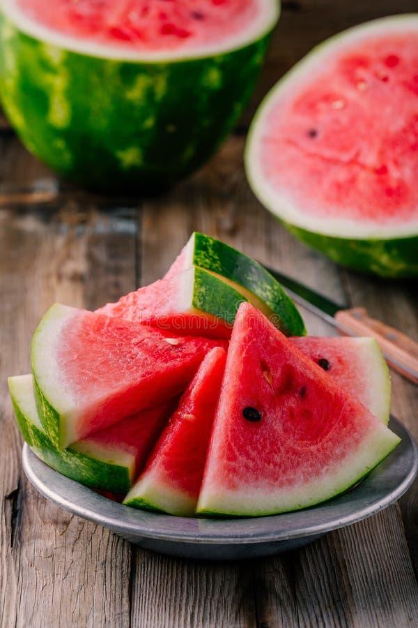 Verse gesneden watermeloen op houten rustieke achtergrond royalty-vrije stock foto