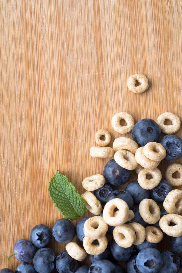 Verse gezonde bessen van bosbessen met dieetsnack en munt royalty-vrije stock afbeeldingen