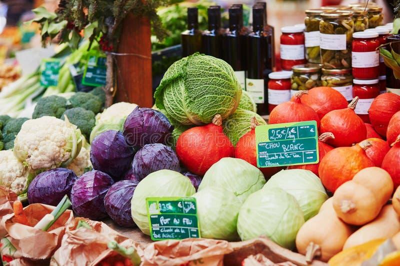 Verse gezonde biovruchten en groenten op markt stock afbeeldingen