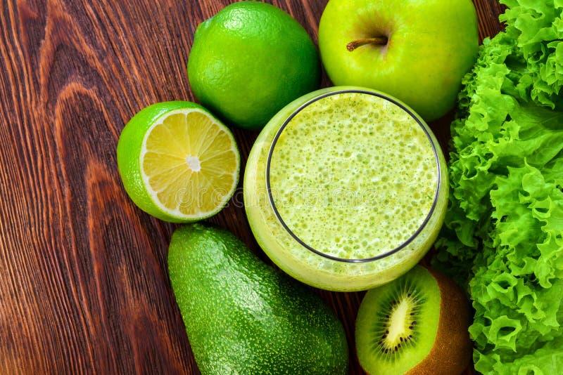 Verse gezonde groene smoothie in het glas en stock foto
