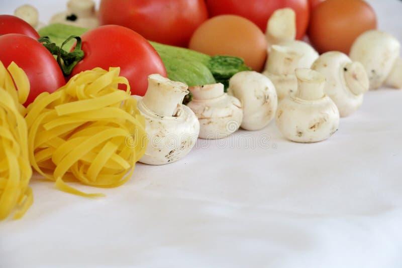 Verse gezonde groenten op witte achtergrond royalty-vrije stock foto's