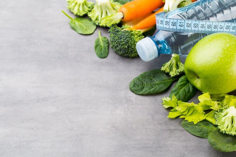 Verse gezonde groenten, water Gezondheid, sport en dieetconcept stock foto