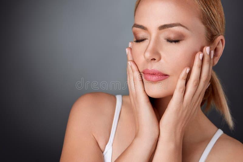 Verse gezonde huid van midden oude vrouw royalty-vrije stock foto's
