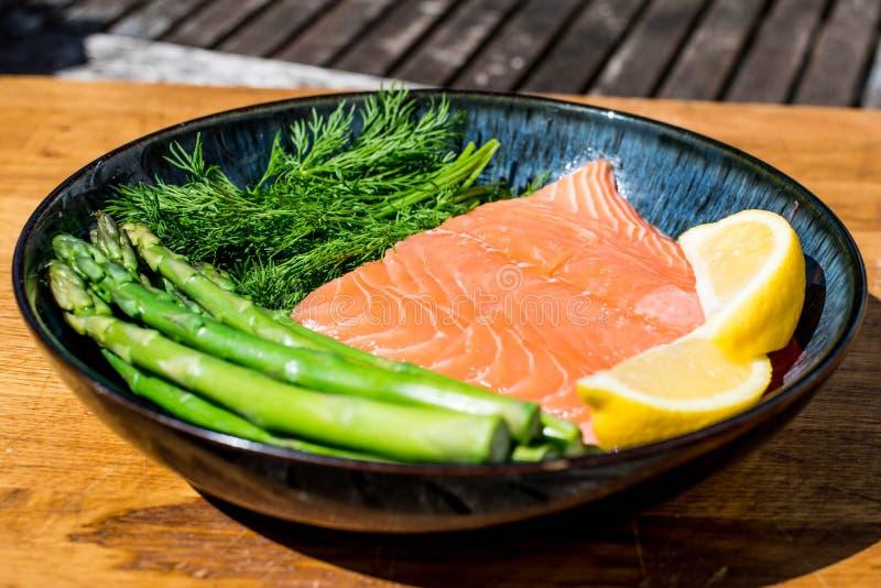 Verse Gezonde Salmon Fillet With Asparagus en Kruiden stock foto