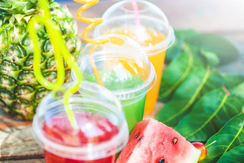 Verse gezonde sappen, fruit, ananas, watermeloen op de achtergrond van het overzees De zomer, rust, gezond levensstijlexemplaar royalty-vrije stock afbeelding