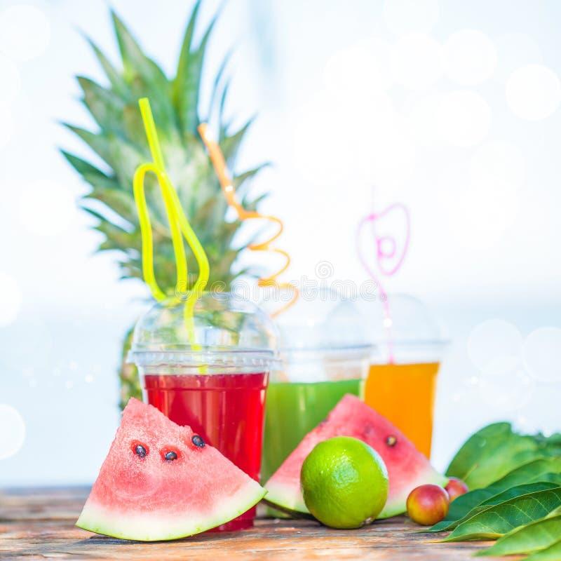 Verse gezonde sappen, fruit, ananas, watermeloen op de achtergrond van het overzees De zomer, rust, gezond levensstijlexemplaar stock foto
