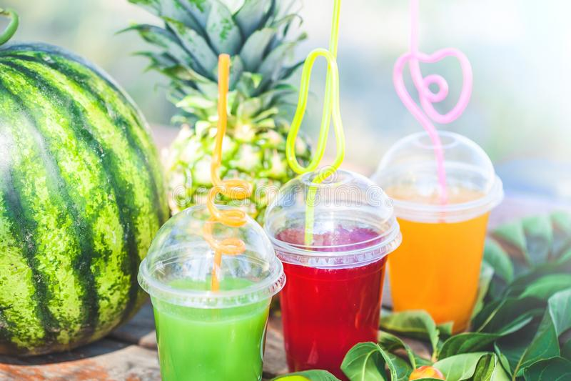 Verse gezonde sappen, fruit, ananas, watermeloen op de achtergrond van het overzees De zomer, rust, gezond levensstijlexemplaar stock foto's