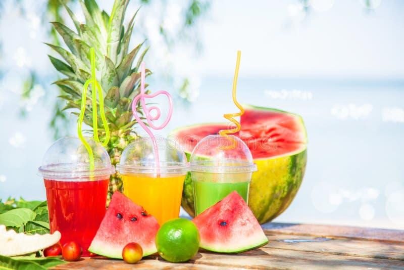 Verse gezonde sappen, fruit, ananas, watermeloen op de achtergrond van het overzees De zomer, rust, gezonde levensstijl royalty-vrije stock foto's