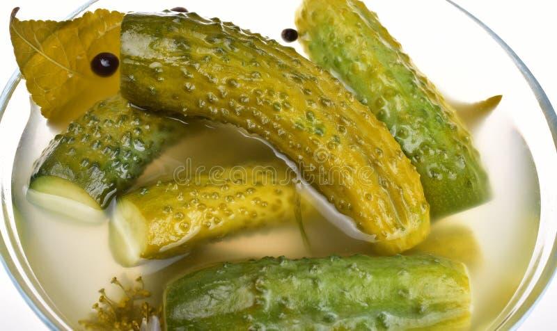 Verse gezouten komkommers in een glaskom met groenten in het zuurclose-up royalty-vrije stock foto's