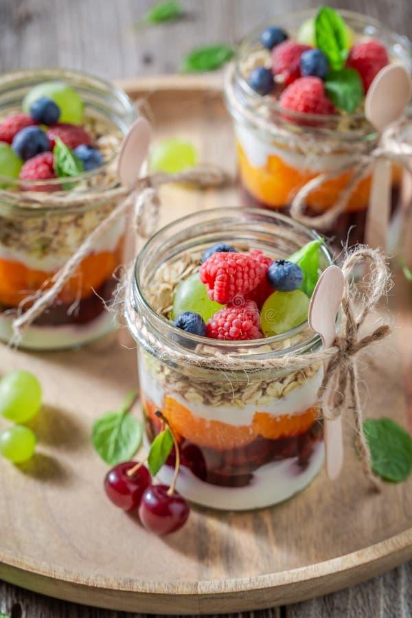 Verse granola met verse vruchten en yoghurt in kruik stock fotografie