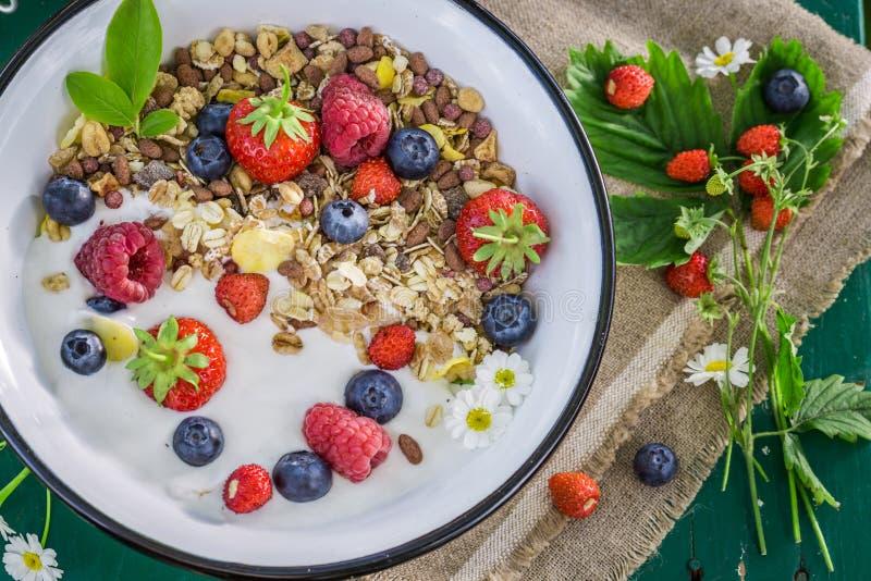 Verse granola met yoghurt en bessen stock foto's
