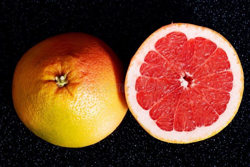 Verse grapefruit die in twee stukken wordt verdeeld. royalty-vrije stock afbeelding