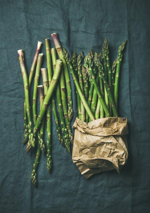 Verse groene asperge in ambachtdocument zak over grijze doek royalty-vrije stock fotografie