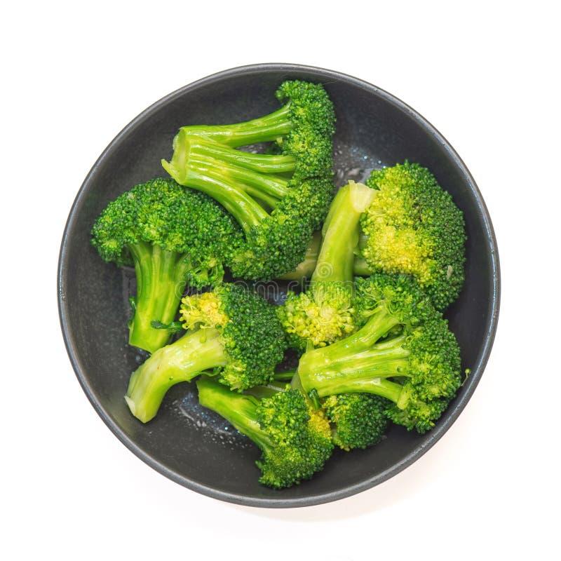 Verse groene broccoli in zwarte die plaat op achtergrond wordt geïsoleerd Hoogste mening royalty-vrije stock afbeelding