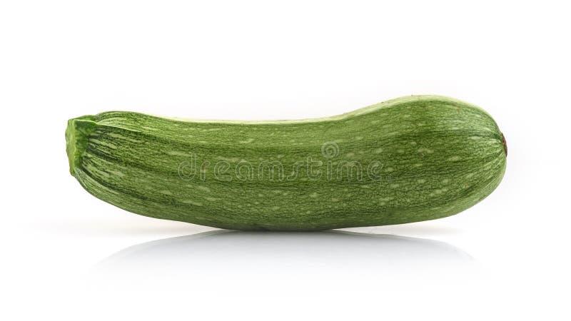 Verse groene die courgette op witte achtergrond wordt ge?soleerd stock fotografie