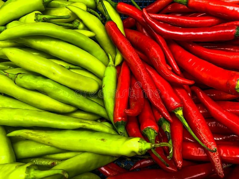 Verse groene en rode Spaanse peperpeper in de markt royalty-vrije stock afbeeldingen