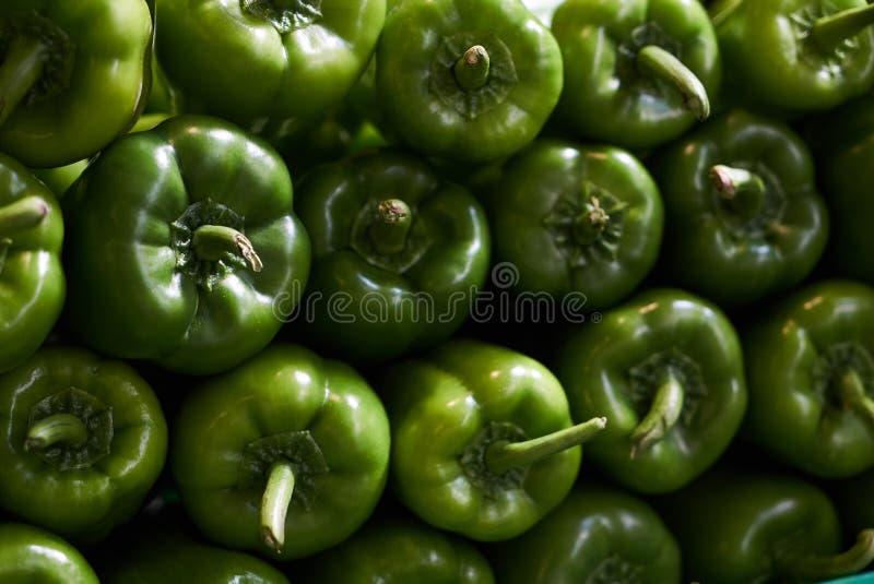 Verse groene groene paprika's, de achtergrond van de paprikastapel, close-up stock fotografie