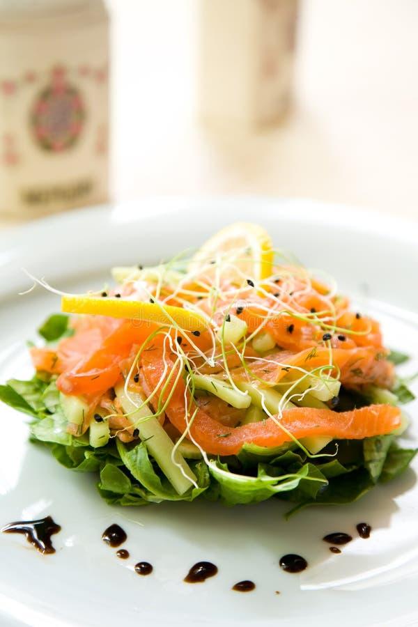 Verse groene salade met gerookte zalm, avocado en l royalty-vrije stock afbeelding