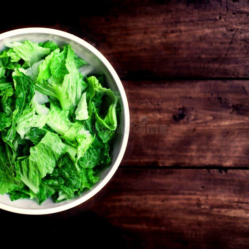Verse groene salade met spinazie, arugula en sla over houten stock fotografie