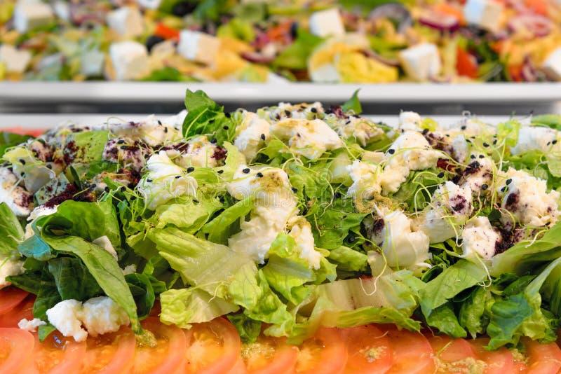Verse groene salade, richtend buffet stock fotografie