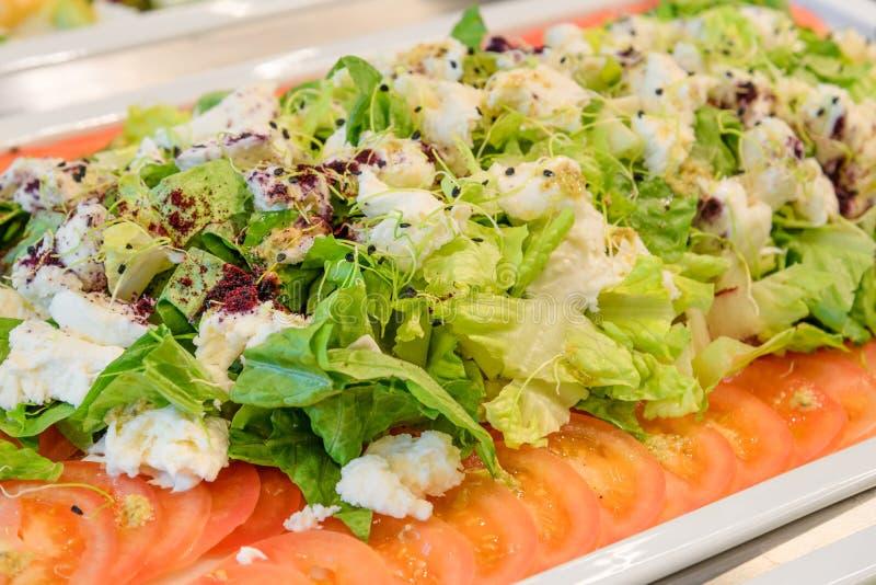 Verse groene saladeplaat, richtend buffet stock afbeeldingen
