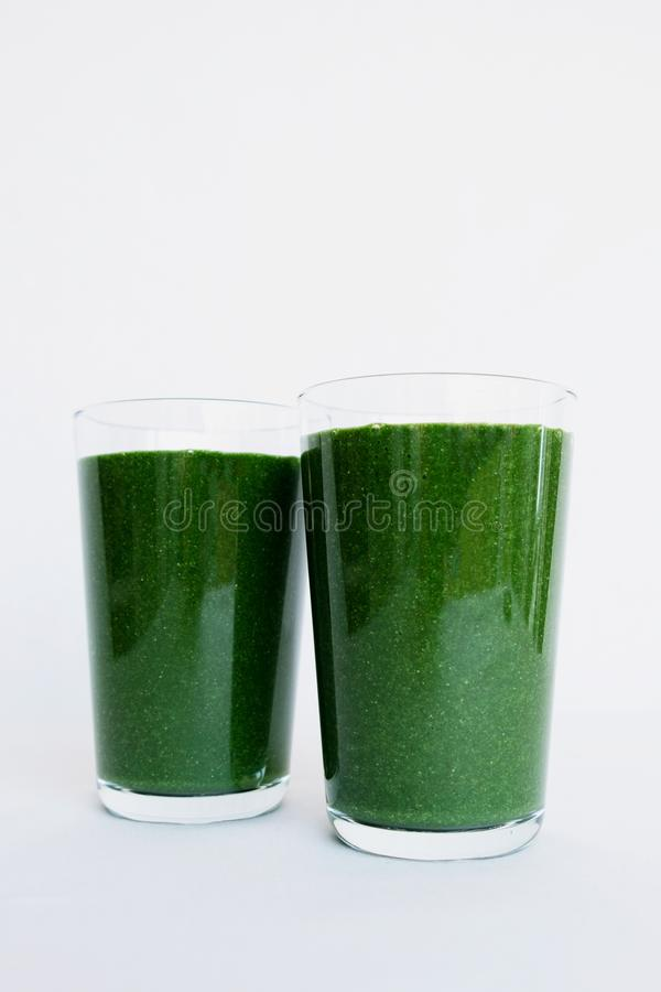 Verse groene smoothie met boerenkoolbladeren, banaan, kokosmelk, spirulinapoeder en lijnzaad Gezonde levensstijl, ruw veganistvoe stock foto's