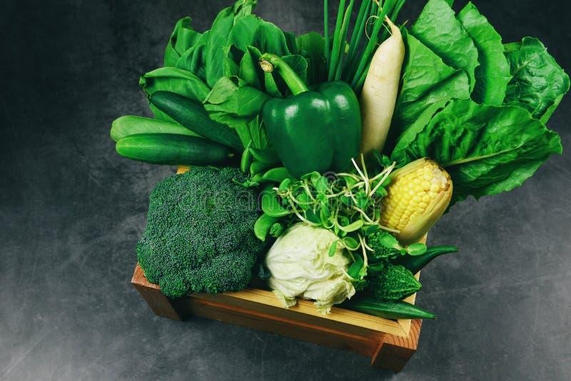 Verse groengroenten en groengroenten gemengd in houten kisten op de markt, topuitzicht verschillend voor gezonde voedselvegankok/ royalty-vrije stock foto