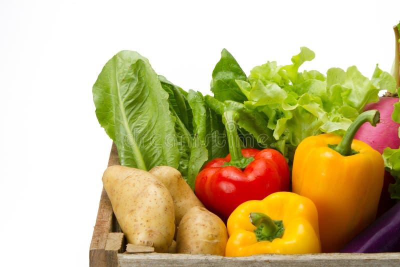 Verse groente in houten krat voor supermarkt royalty-vrije stock afbeeldingen